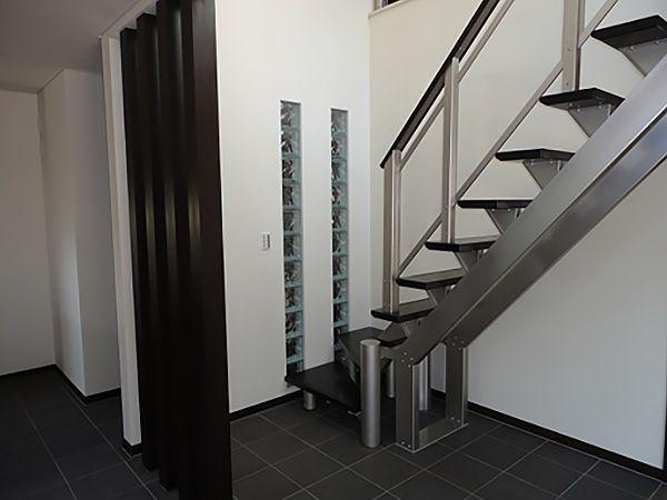 スリット階段はシンプルモダンさだけではなく、空間的広がりを補助してくれる便利階段です。