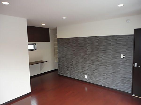床の色をアーバン色にし、落ち着いた雰囲気に仕上げました。奥には、ご主人様の書斎。吊り戸棚や、高さが自由に変えられる可動式の棚を設置して、資料や書籍もばっちり収納できるようになっています。