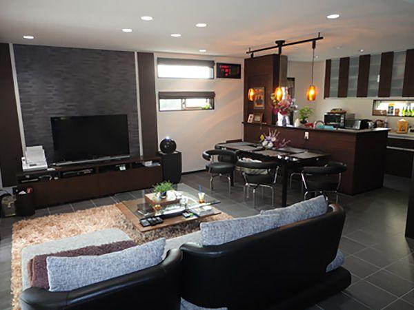 全面タイル仕上げにしたLDK。建具やキッチン、カウンターなどもすべてダークブラウン(木目調)で統一したお洒落な内観。大きめのソファーや、6人掛けのダイニングテーブルを置かれても余裕の空間です。