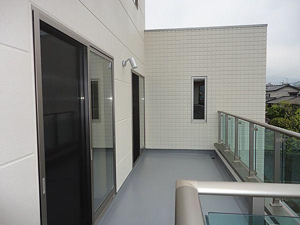 寝室・2Fホール、どちらからも出れる設計に。毎日のお洗濯物やお布団も十分に干せます。手摺も、アルミ製でスッキリ!透明のガラスは見通しも良く、開放感もプラス!!