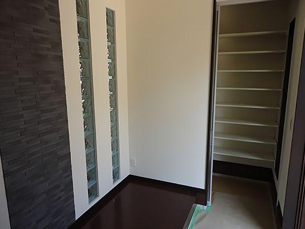玄関ホールの一角にシューズインクロークを設けました。玄関に、靴が溢れることなく完全に収納できます。