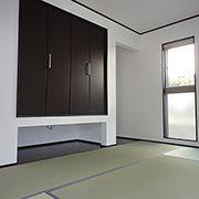 LDKを通らずに直接和室に入れる間取り。装飾壁やガラスブロックでアクセント。ガラスブロックを通して和室にも柔らかい光が入ります。