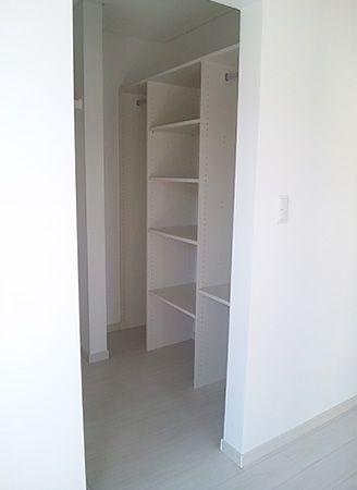 空間を無駄なく使えるように多くの棚を設けました。収納力抜群のクローゼットです。