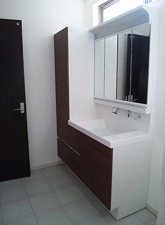 洗面の上部に、明かり窓を設置。暗くなりがちな洗面所を、自然光が明るく照らしてくれます。