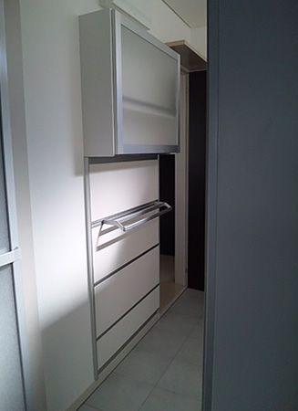 洗面所は、収納するスペースが取りづらい場所。床に収納を置くのではなく、宙に浮かす、この発想でこのユニット収納を取り付けました。