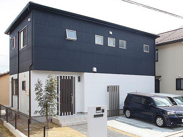 優れた性能を備えるALC外壁材はデザイン性にも富んだ素材。木製扉が愛らしさを添えます。