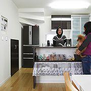 カウンターの棚や階段下を活用したパントリーなど収納スペース豊富なオープンキッチンです。 ダイニングカウンター越に、会話も弾みます。
