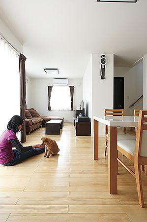個性的な表情を描く、うづくり加工が空間に美しい立体感を生む。1階全室床暖房なので足元からポカポカ暖かく、ゴロンと寝転んでも気持ちいい。
