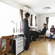 2階の床も無垢材仕様。足触りがよく子ども達にも好評です。 自然と会話が弾みます。
