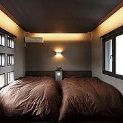 リズミカルに並ぶ窓の配置が空間にアクセントを加えます。