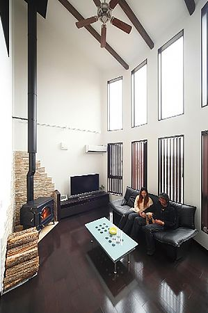 変化をつけた壁の形状が空間に広がりをもたらします。高台という立地を活かし、リビングダイニングから眺望を楽しめるように設計しています。