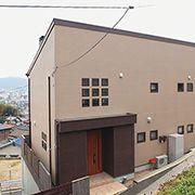 道路からの視線を遮りながら光と風が巡る開放的な家を実現。