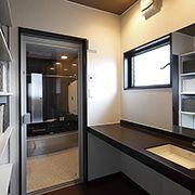 落ち着いた雰囲気を大切にして、豊富な収納が空間をすっきり演出します。