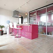 タイル貼りキッチンでも1階全室床暖房なので素足で快適です。収納はパーテーションで隠せます。