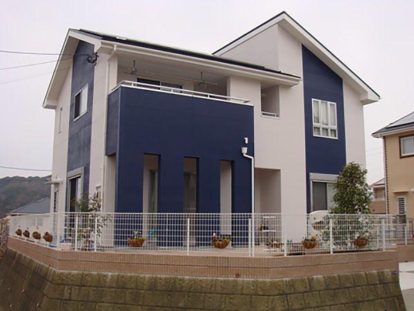 ホワイト×ブルーのコントラストと、組み合わせの屋根が、シンプルな中にもシャープさを演出してくれ、ぱっと目を引く外観になりました。