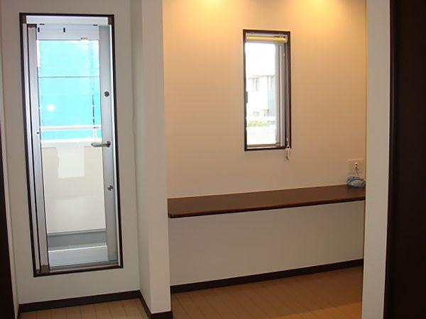 2階ホールにあるフリースペースには、造り付けのカウンターデスクがあり、家族でそれぞれマイデスクとして活用することができます!