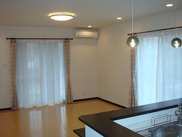 大きな窓と明るい配色のフロアが、ゆとりある空間を生み出します。