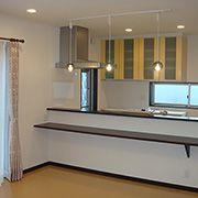 オープンキッチンは開放的で、お料理をしているときでも家族のことがしっかり目に入ります。 ダイニングにはペンダントライトでアクセントを。テーブルを彩るアイテムになっています。