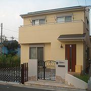 淡い黄色の外壁色を使用することで、優しく可愛らしい雰囲気のある住まいに仕上げました。