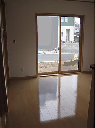 お家の中を茶系で統一。 外観とのギャップでとても落着く内観になっています。大きな窓からは陽の光がたくさん入ります。