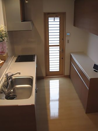 奥様の家事動線を考えた対面キッチン。リビングを見渡せるキッチンは夫婦の会話が弾みます。