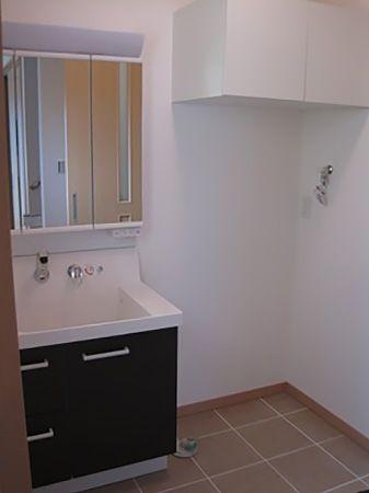 洗濯機置き場の上にある棚も便利です。