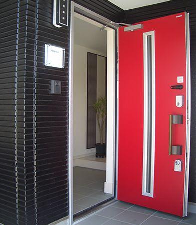 全体的にシンプルに仕上げる中で、玄関ドアは差し色の赤を入れてエッジをきかせています。