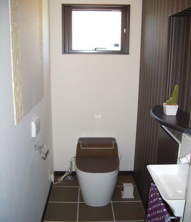 トイレのフタまでブラウンにし統一感を優先しました。壁に張ったエコカラットもいいアクセントになってます。また、脱臭効果もあるので嬉しいですね。