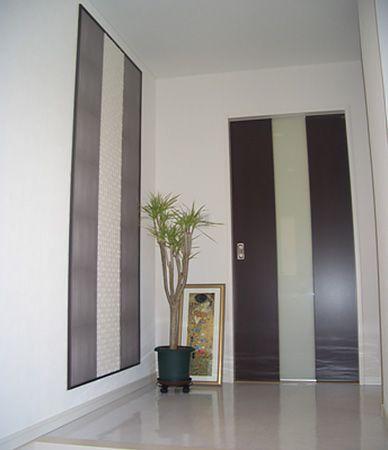 玄関ドアを開けたホール床には、大理石素材のフロアを使うことで高級感が感じられます。