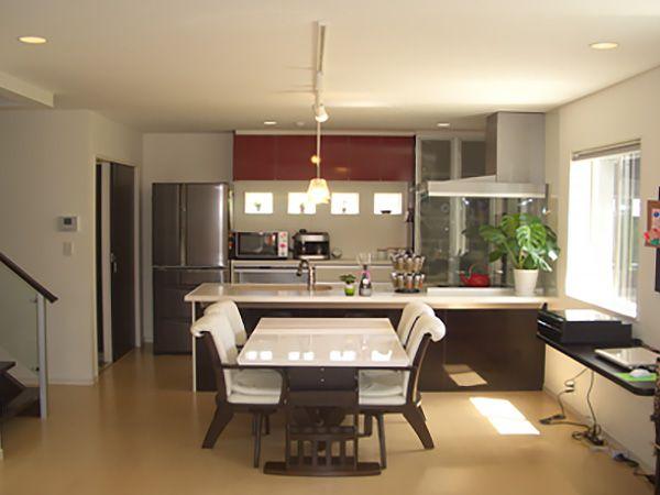 家具は全体的にホワイト系でまとめて、アクセントとして食器棚は赤を入れました。LDKの雰囲気にすごく合います。食器棚下のプチ窓が可愛らしいです。