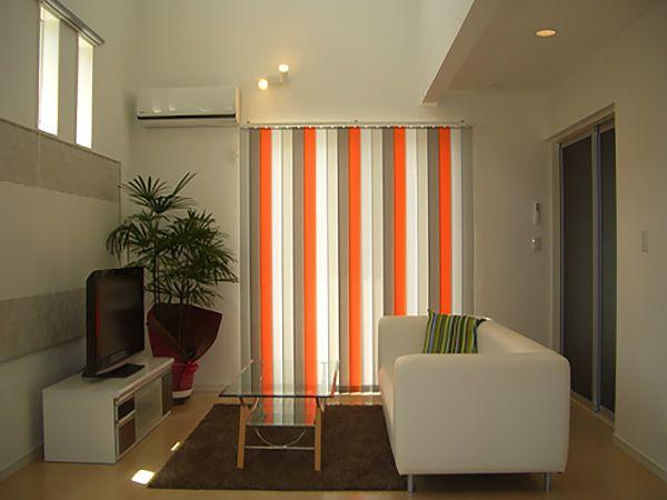 全体的にホワイトでまとめたリビングに、差し色としてオレンジのカーテンを付けました。全体的な落ち着きの中にも活発な雰囲気が生まれ、家族に元気を与えてくれます。