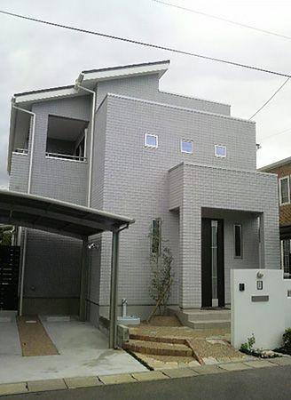 長く住む家だからこそと、3つ並んだ小窓がアクセントの飽きのこないシンプルな外観にこだわりました。外壁全面にALCのジーファスチェックというデザインパネルを使用した重厚な仕上がりのシンプルモダンの家です。