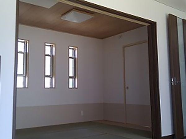 リビングから続く和室は、間仕切り用のドアを大きく設けることで1階全体の居住スペースを、よりゆとりある空間に仕立てます。