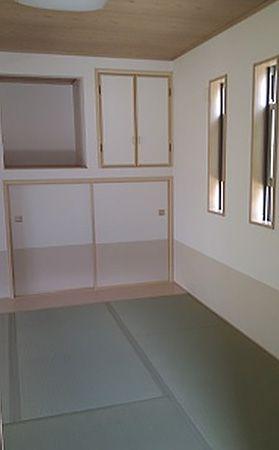 外部からの視線を遮りながらも風通しと明るさを確保していますので、落ち着きのある和室です。
