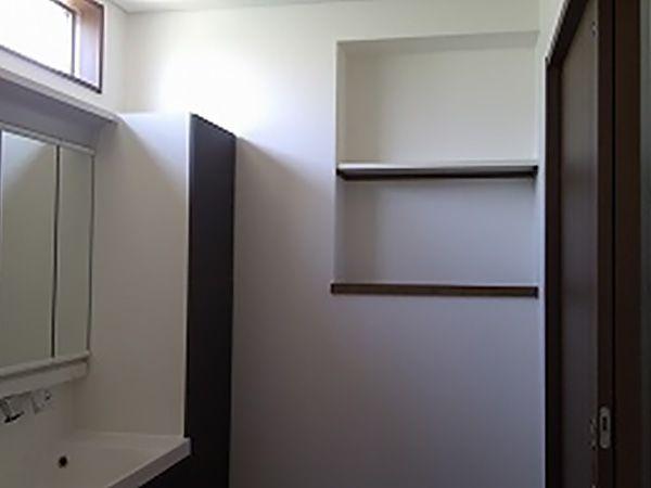 洗面所は様々な小物やタオルなどが必要となる場所。そこで収納力を確保する為に壁の厚みも利用しました。