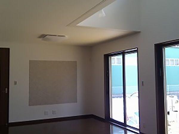 LDKの中心上部は開放的な吹き抜けにして、明るい空間を生み出しています。また、リビングの壁面にはエコカラットを施し家具を配置した際の見た目も考えた仕上がりになっています。