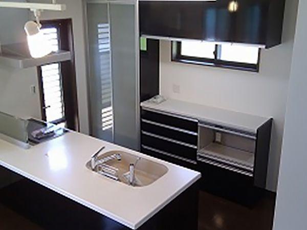 家族とのコミュニケーションを第一に考え、奥様が料理をしながらでも家族との会話がはずみそうなフルオープンタイプのキッチンを設置。
