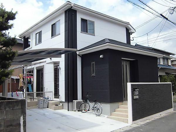 長く住む家だからこそ外観は飽きのこない雰囲気に。玄関側の外壁にはアクセントでデザインパネルを使用しています。