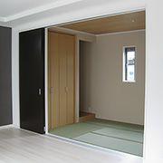 隣りのリビングとの開口を出来るだけ広く取れるよう間仕切り用のドアも背の高いものを選び、日頃からリビングの一部として使用出来るように解放感のある仕上げにしています。