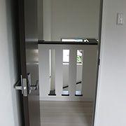 自然の快適性を生み出すために、入り口にある階段の腰壁にスリットを設置。ドアを開けていれば、心地よい風が通り過ぎます。