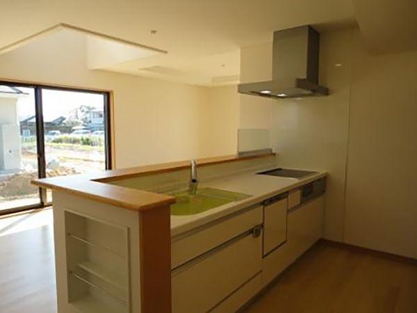 キッチン正面のダイニングスペースは大きな窓と吹き抜けで、明るい空間になっています。オープンキッチンで家族の会話も弾みます。