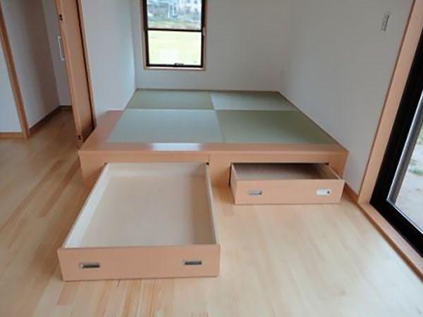 畳コーナーの下部は引出し式の収納となっています。収納力UPで、いつでもリビングはすっきりして暮らせます。