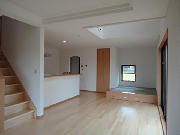 リビング内に床が上がった畳コーナーを作り、そこに腰かけてまったりテレビを見たいとのご要望でした。