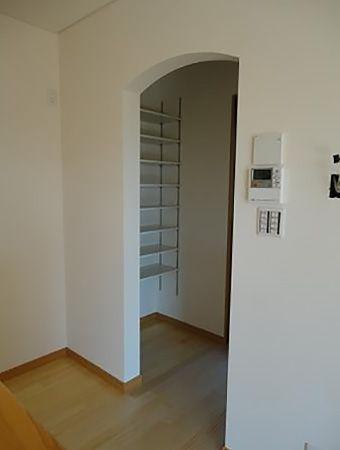 キッチン横には収納力バツグンのパントリー(食品庫)があります。入口上部の丸みがやわらかでおしゃれな印象を与えてくれます。