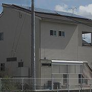 陽あたりのとても良い敷地条件を最大限に生かしたソーラーパネル塔載のお住まいです。