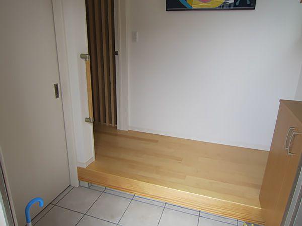 玄関ドアを開ければ、その両側にそれぞれ玄関収納と玄関クロークが配置されています。抜群の収納力ですので、いつでも玄関はすっきりしています。