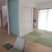 畳の持つそのままのグリーンがとても引き立って気持ちいい空間です。ノンレールの間仕切りでフラットな床面もステキ。