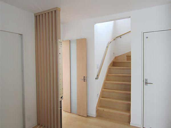 お子様のこれからの成長を考えてリビング階段を採用しました。必ずリビングを通って2階に上がりますので、自然とコミュニケーションが取れるお住まいです。