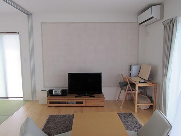 リビングの壁、一面に特別な内装壁材(エコカラット)を設置することで、湿度の調整やニオイを抑えることが出来ます。より快適な住まいの空間を作り上げています。