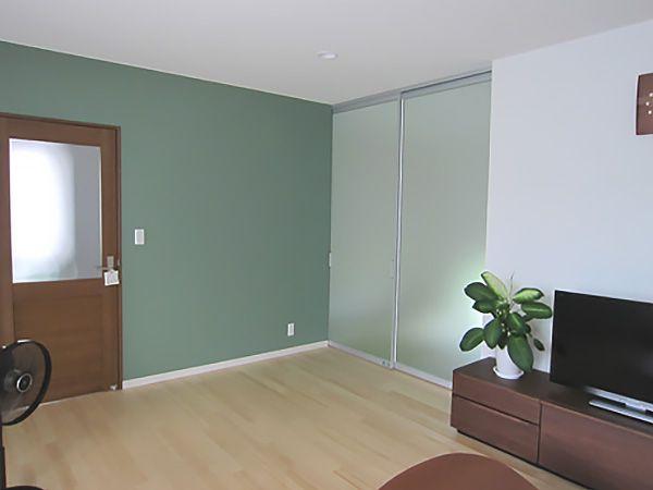 リビングに隣接している和室への扉は、光を取り込むパーテーションを採用。扉を閉めた時でも明るいリビングが確保されます。